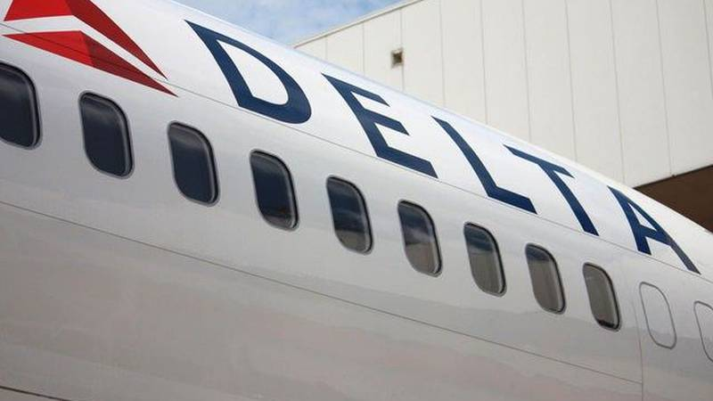 Delta worker arrested at PBIA with $282K in backpack